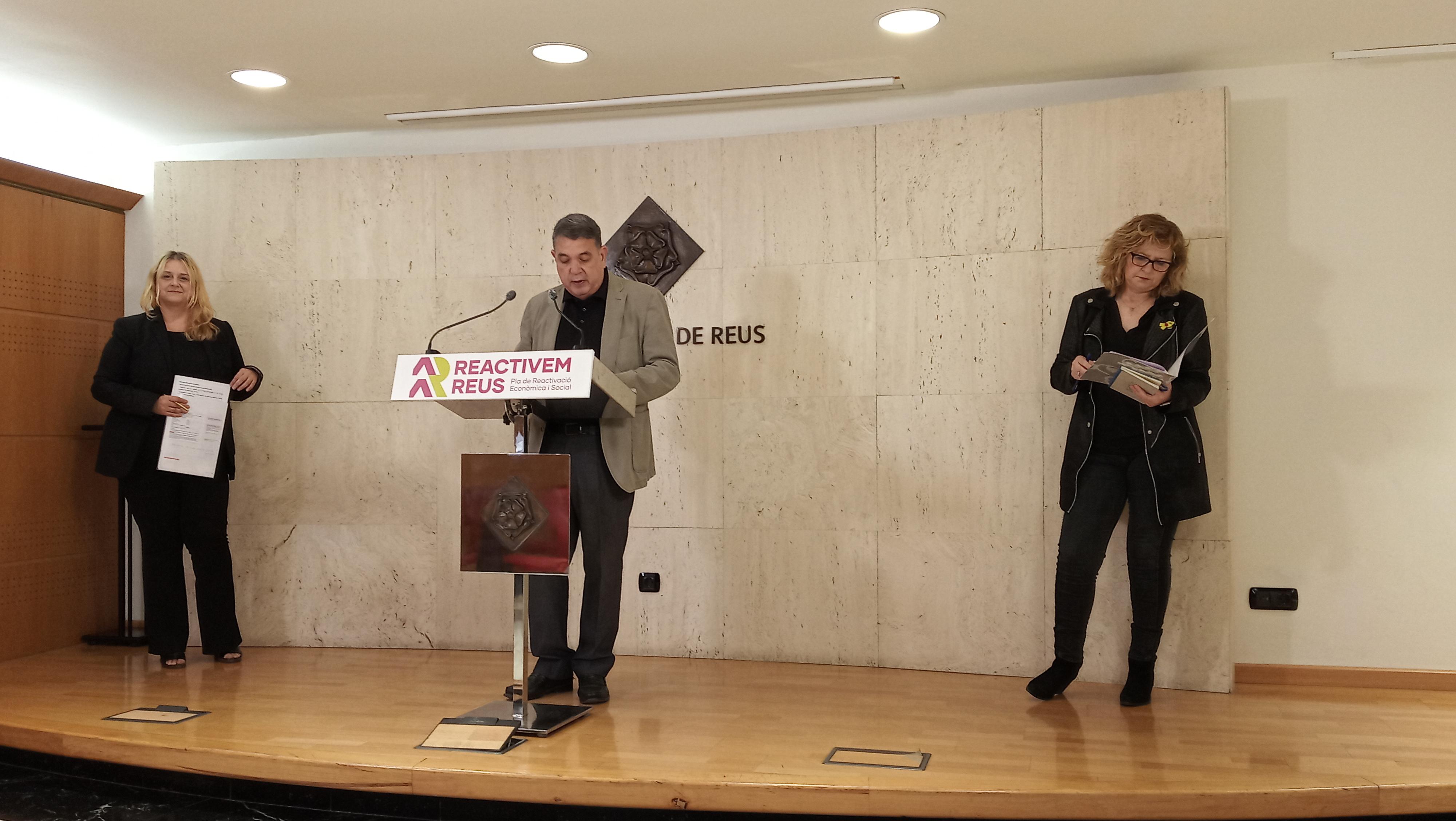 Els regidors d'Empresa i Ocupació, Carles Prats; de Promoció de Ciutat, Montserrat Caelles; i d'Economia i Coneixement i d'Habitatge, T...