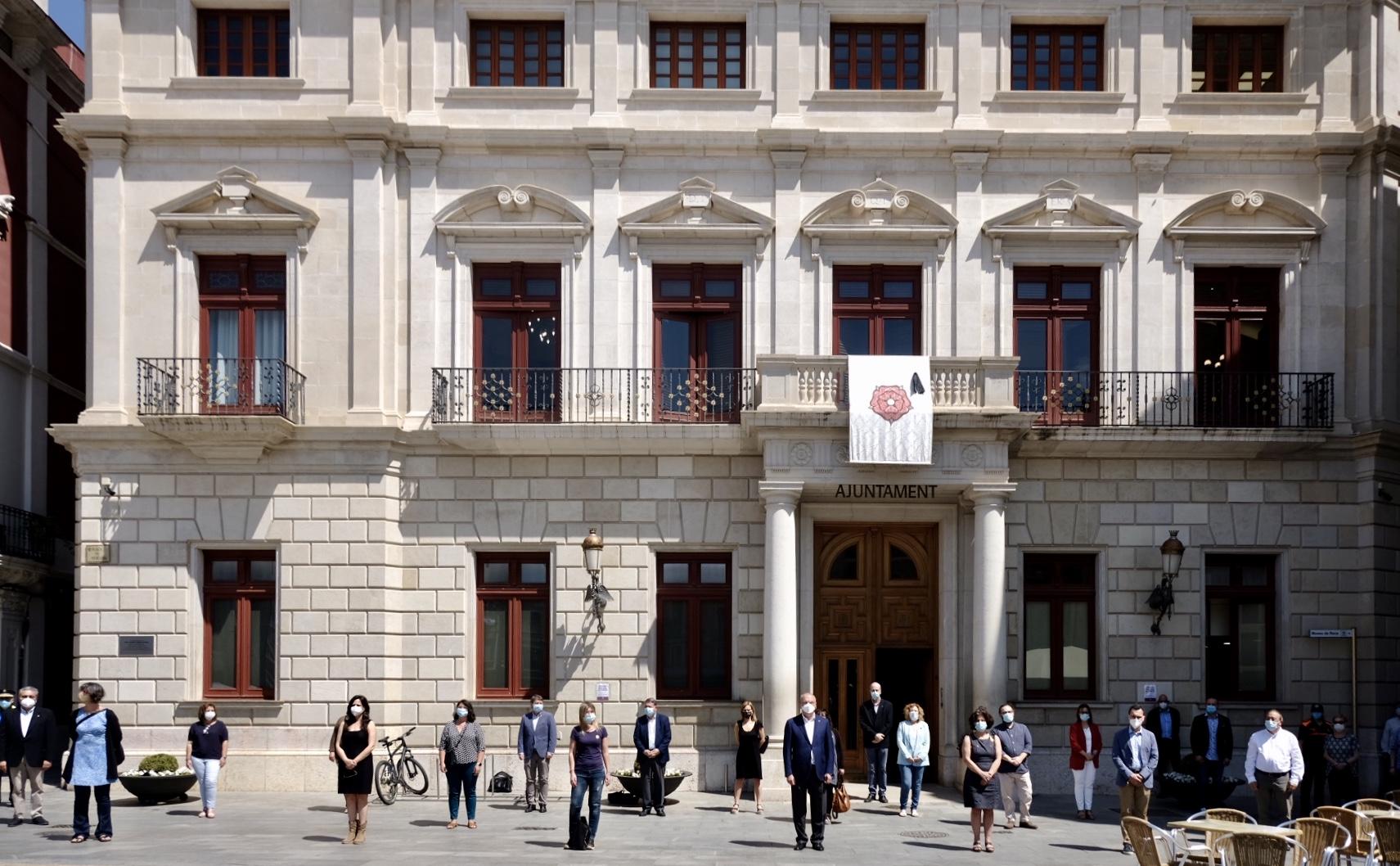 L'Ajuntament de Reus ha penjat la bandera de Reus amb un crespó negre al balcó principal del palau municipal, i farà un minut de silen...