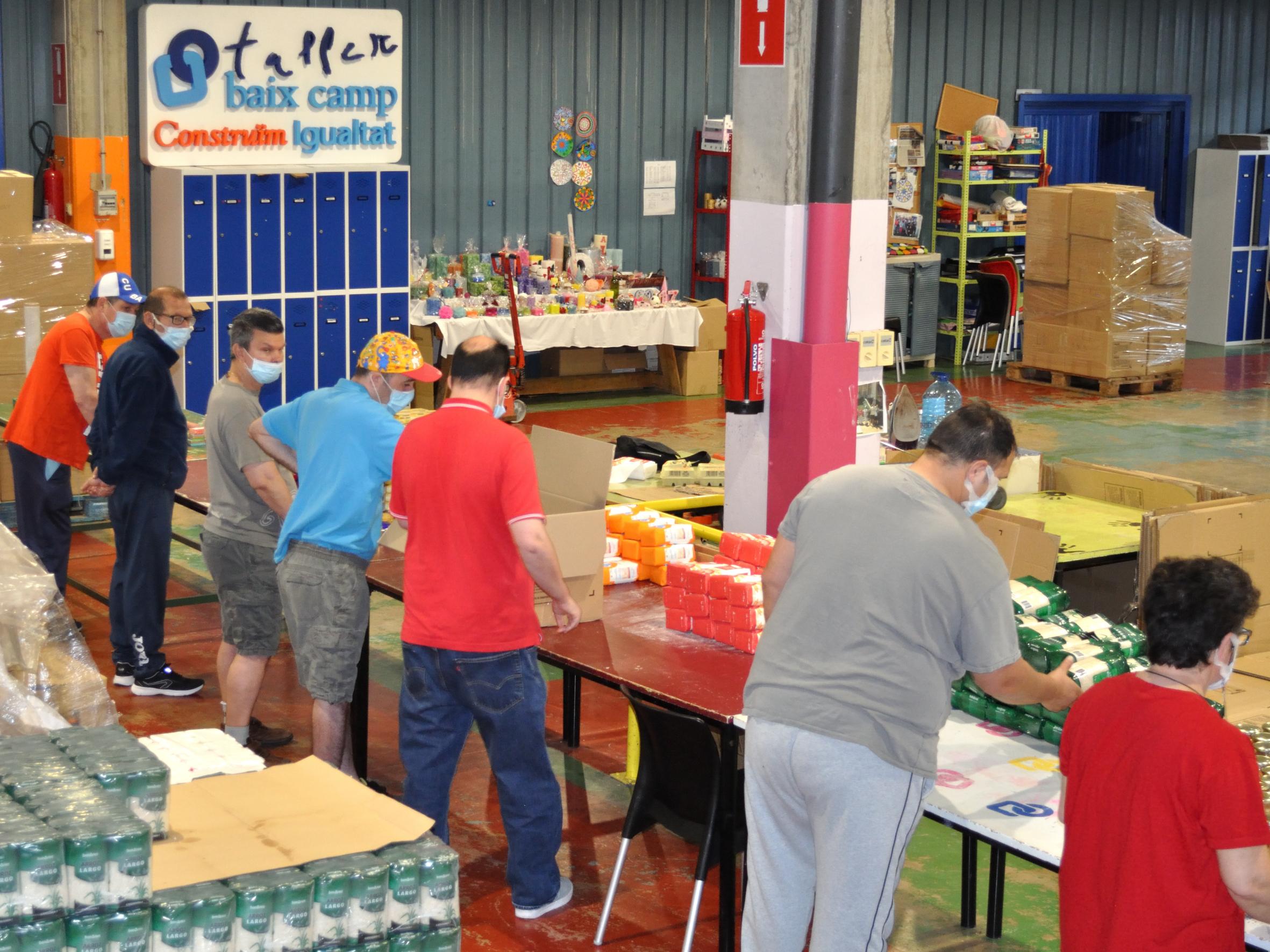 Un equip format per 12 persones amb discapacitat intel·lectual del Taller Baix Camp han confeccionat i distribuït 3.380 cistelles Covid d...