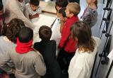 Els nens i nenes de l'escola La Vitxeta observant la documentació