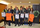 El regidor d'Esports, Jordi Cervera, amb els organitzadors de les XII Hores de Minibàsquet