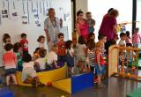 Imatge de la visita de la regidora M. Dolors Sardà al Casal de Mas Pintat aquest dimarts al matí
