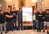 Els representants de les colles de la Diada del Mercadal amb la regidora de Cultura després del sorteig