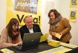 Imatge de la visita de l'alcalde i la regidora de Participació, Ciutadania i Transparència al punt de votació del Mercat Cent