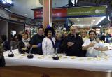 El Mercat Central reparteix 50 quilos de botifarra d'ou durant l'esmorzar de Dijous Gras