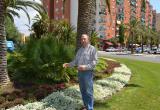 Imatge visita regidor Hipòlit Monseny a zona enjardinada propera al Parc Juroca