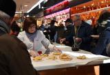 Esmorzar amb botifarra d'ou del Dijous Gras al Mercat Central