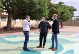 Els regidors Subirats, Recasens i Cuerba a la pintada de l'escola Eduard Toda