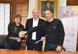 Imatge de la signatura del conveni entre l'Ajuntament de Reus i el Reus Deportiu pel torneig Joan Petit