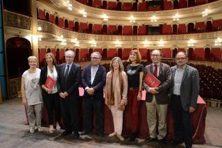 Imatge dels representants de les entitats organitzadores i col·laboradores de la Gala de dansa benèfica contra la leucèmia