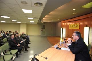 L'alcalde de Reus i el regidor d'Empresa i Ocupació durant la reunió amb els empresaris instal·lats a Redessa.