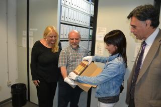 Col·locació del 1r Llibre del Consell a l'armari compacte