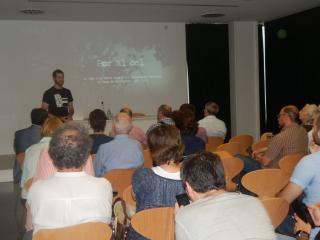 Axel Baiget, co director del documental, explicant com s'ha elaborat el documental