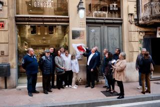 Imatge de la descoberta de la placa a la casa natal de Joan Roig i Solé