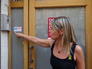 La regidora Noemí Llauradó mostra l'adhesiu d'identificació de l'espai al programa