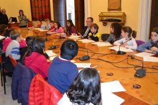 Una imatge de la sessió de treball dels escolars amb l'alcalde