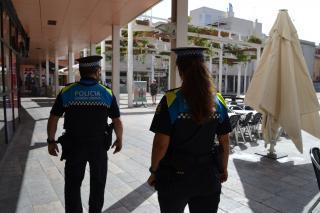 Una parella d'agents de la Guàrdia Urbana patrulla pel centre de la ciutat.