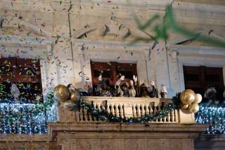 Esclat de festa amb els Reis al balcó
