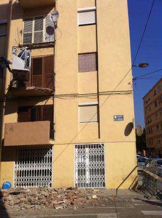 Imatge de l'edifici del número 16 del carrer de Pi i Margall, on ha caigut el balcó.