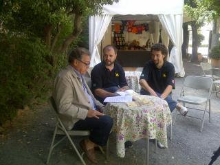 El regidor de Cultura (esquerra) amb dos membres del CRAC presentant les novetats