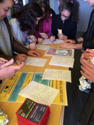 Imatge d'una acció de la campanya de prevenció del consum d'alcohol a l'Institut Roseta Mauri de Reus