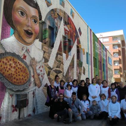 Festa al Mercat del Carrilet per inaugurar el mural del carrer de l'Escultor Rocamora
