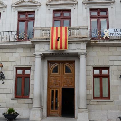 Accedeix a Imatge crespó negre senyera balcó Ajuntament de Reus en homenatge al president Companys 2018