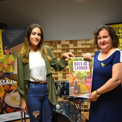 Accedeix a La regidora Montserrat Flores amb una de les usuàries dels bucs, Noemí Solla