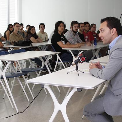 Accedeix a Foto de la roda de premsa amb els alumnes de la Casa d'Oficis