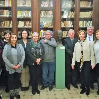 Accedeix a Imatge membres Comissió Any Pompeu Fabra a Reus al costat del bust de Pompeu Fabra al Centre de Lectura