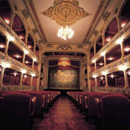 Accedeix a Teatre Batrina, espai on es faran les exhibicions del Tots Dansen