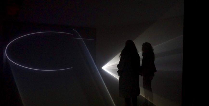 Imatge videoinstal·lació Anthony McCall Sala Quatre Museu de Reus expo Beep art electrònic