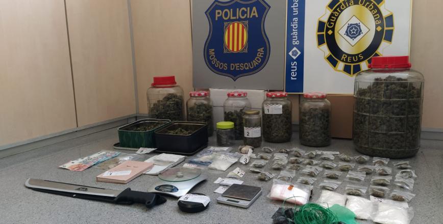 Material decomissat operació conjunta Mossos d'Esquadra i Guàrdia Urbana al carrer del Roser