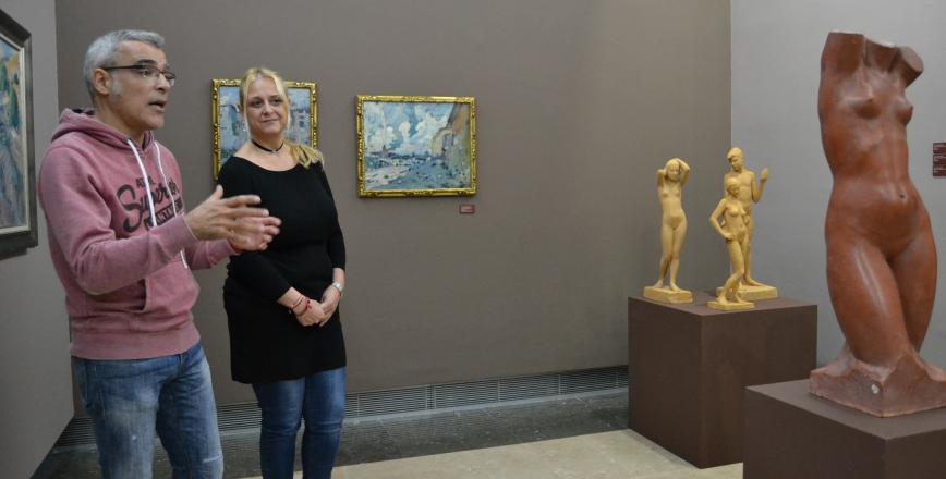 Marc Ferran i Montserrat Caelles al costat de pintures de Mir cedides pel MNAC i escultures de Modest Gené