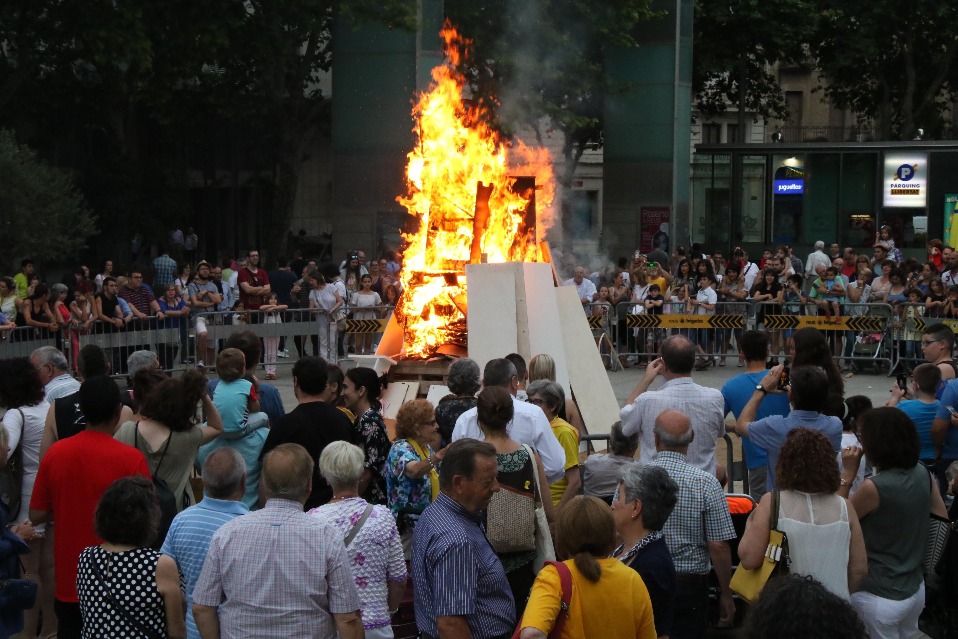 Lectura del missatge, breus parlaments i encesa de la foguera de Sant Joan