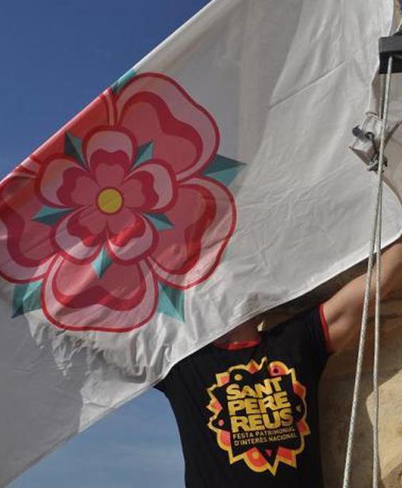Sant Pere 2021: hissada de la bandera de Reus al Campanar