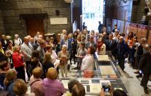 Imatge de la visita teatralitzada a l'exposició sobre les Bases de Manresa i Domènech i Montaner al vestíbul de l'Ajuntament