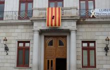 Imatge crespó negre senyera balcó Ajuntament de Reus en homenatge al president Companys 2018