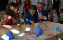 Imatge de la visita de l'alcalde i la regidora d'Ensenyament aquest dimecres a l'Escola Marià Fortuny