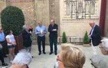 El rector de la parròquia, durant la presentació del mural, amb l'alcalde Carles Pellicer i el comissari Anton Pàmies