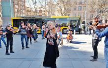 Foto de la gravació de la flashmob durant la festa de presentació dels nous busos
