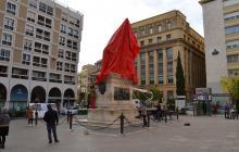 L'estàtua del General Prim embolicada de vermell 2