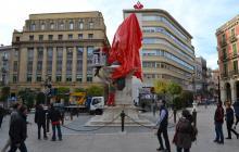 L'estàtua del General Prim embolicada de vermell