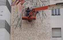 Lily Brik pintant mural Casal de Joves