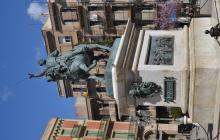 Imatge del monument al general Joan Prim a Reus, la base del qual és obra de Pere Caselles