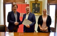 Salutació entre l'alcalde de la ciutat i David Prats de l'empresa Borges