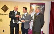 Imatge de la presentació de la campanya i els lectors de xips per part de l'alcalde, el regidor de Medi Ambient i Joan Prous